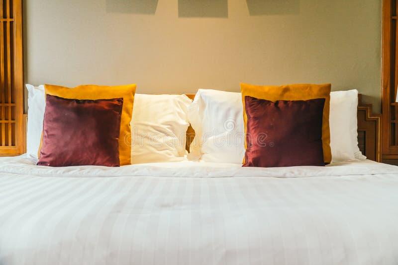 Oreiller confortable sur le lit photo libre de droits