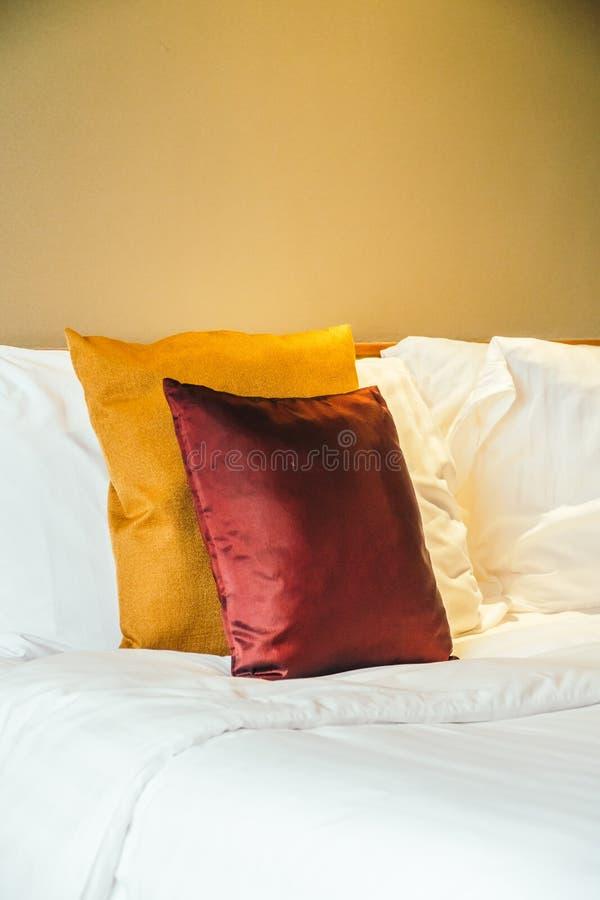 Oreiller confortable sur le lit photos libres de droits