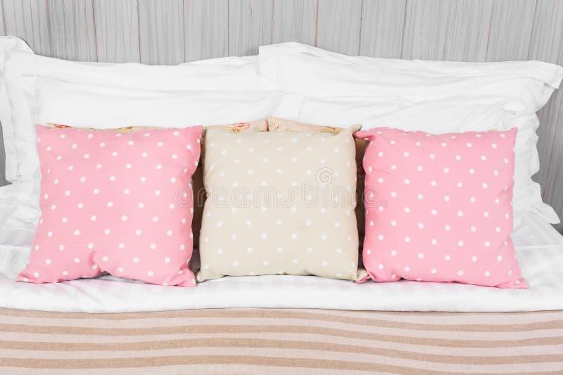 Oreiller, couleur de point dans la chambre à coucher photo libre de droits