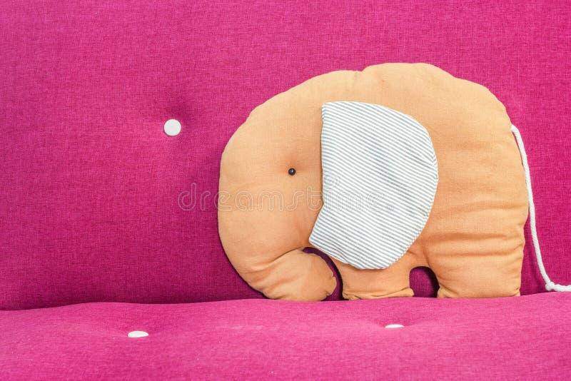 Oreiller d'éléphant sur le sofa rose photo libre de droits