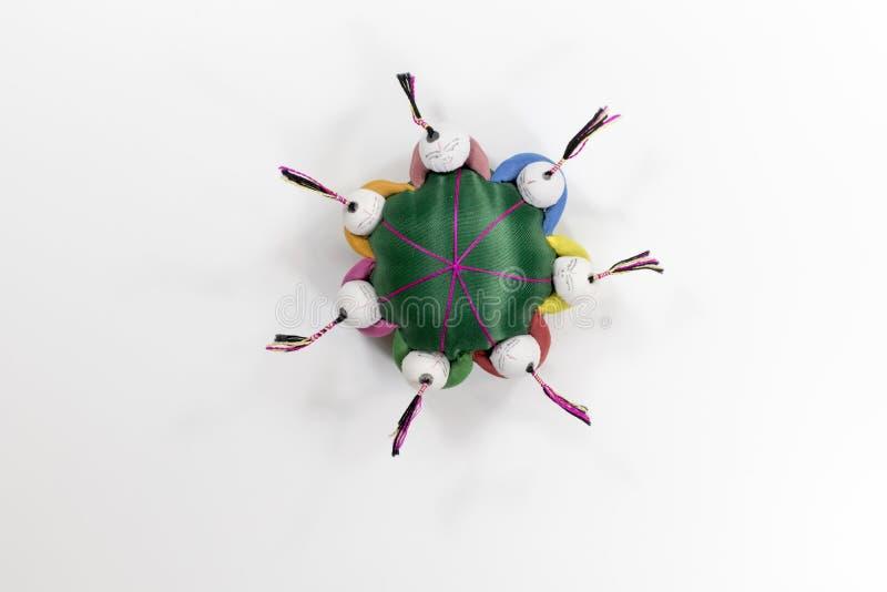 Oreiller heureux multicolore d'aiguille de visages tenant des mains photographie stock libre de droits
