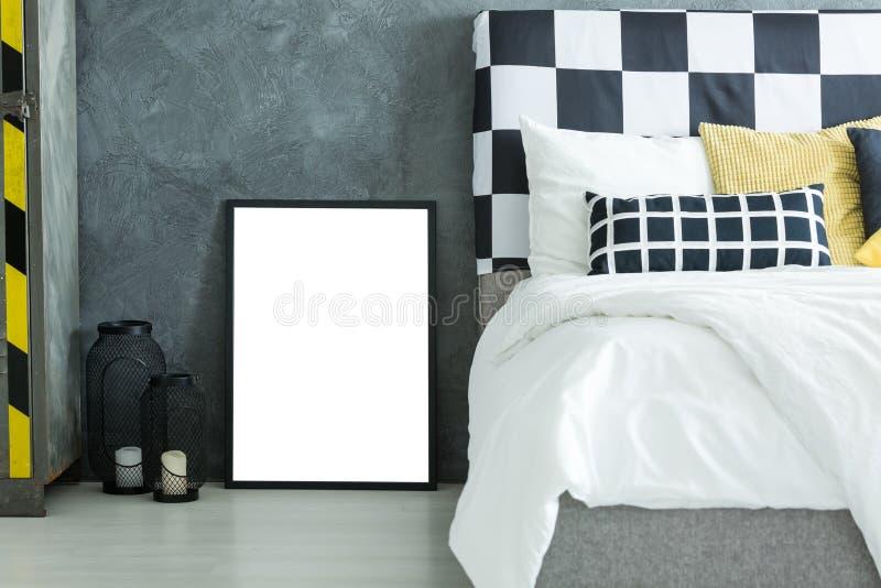 Oreiller jaune sur le lit grand photographie stock libre de droits