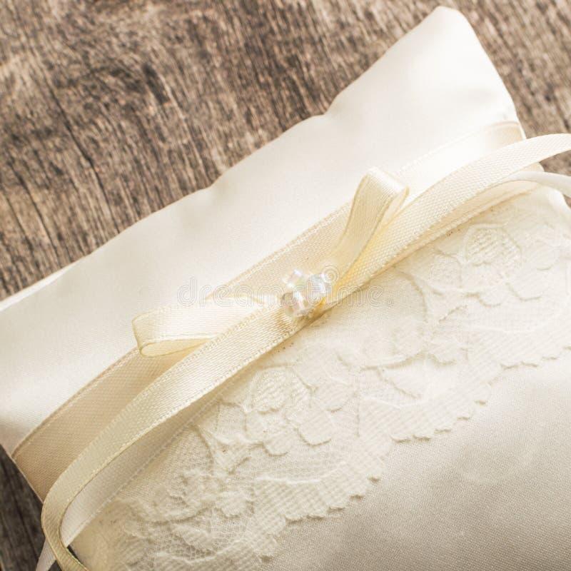 Oreiller ou coussin élégant pour des anneaux Cérémonie de mariage place photos stock