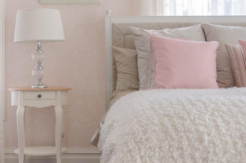 Oreiller rose sur le lit de luxe blanc dans la chambre à coucher photographie stock