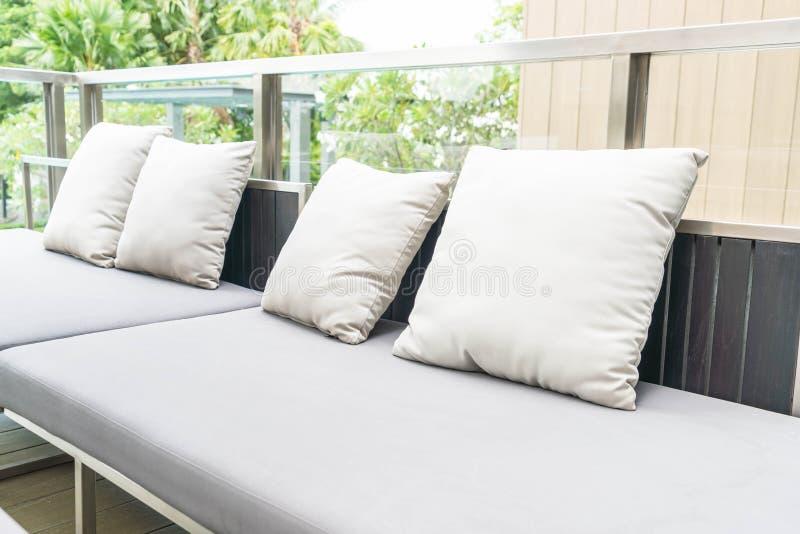 oreiller sur la chaise de patio photographie stock libre de droits