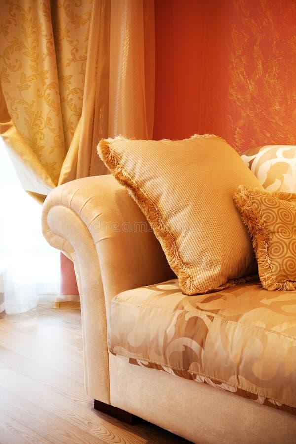 Oreiller sur un sofa photographie stock libre de droits