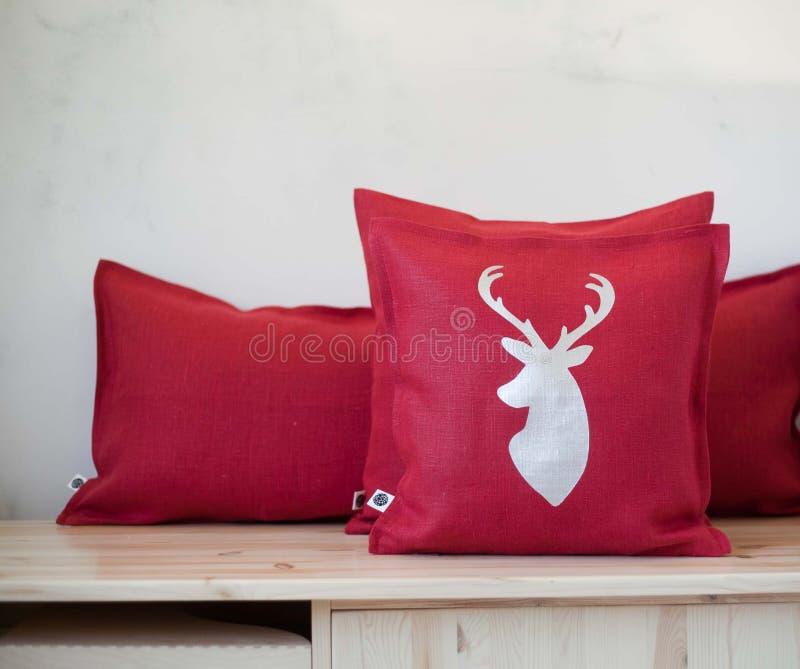 Oreillers décoratifs Composition décorative rouge en oreillers dans l'intérieur image stock