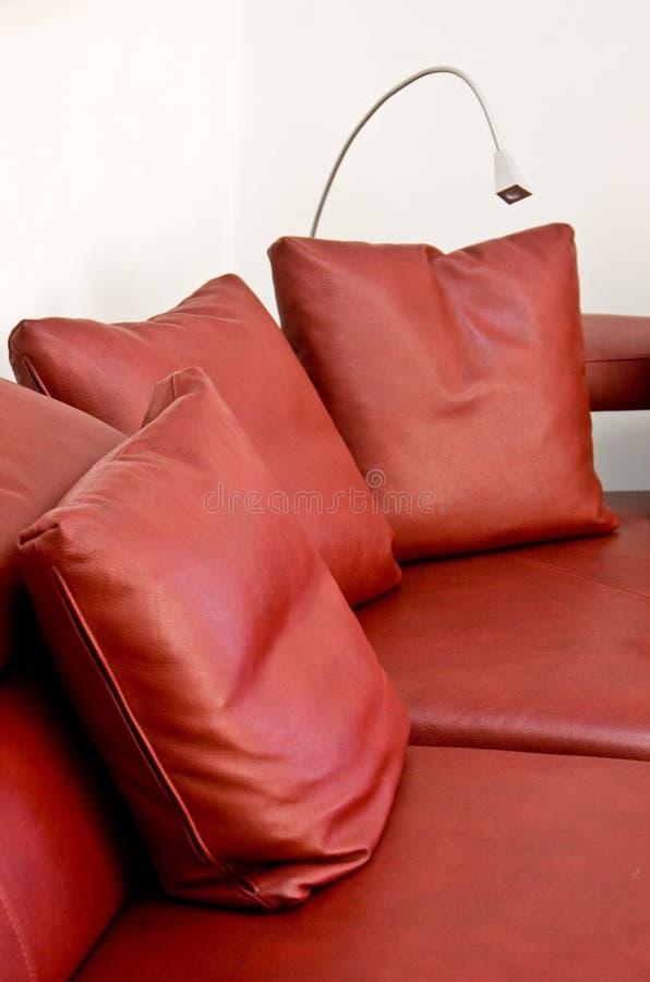 Oreillers d'un sofa en cuir rouge images libres de droits