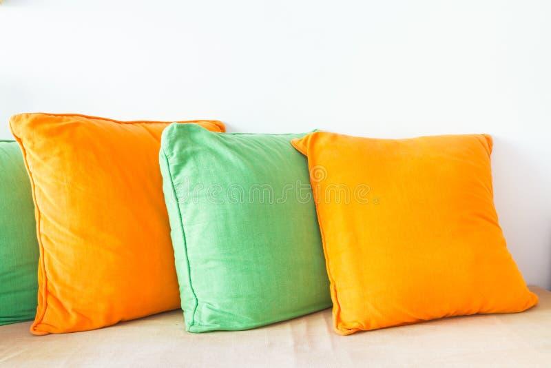 Oreillers de décoration sur le sofa images stock