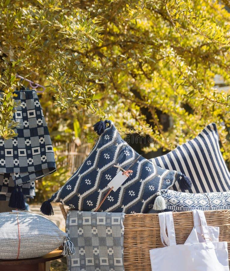Oreillers faits main, couvertures et sacs sous l'arbre d'automne photographie stock libre de droits