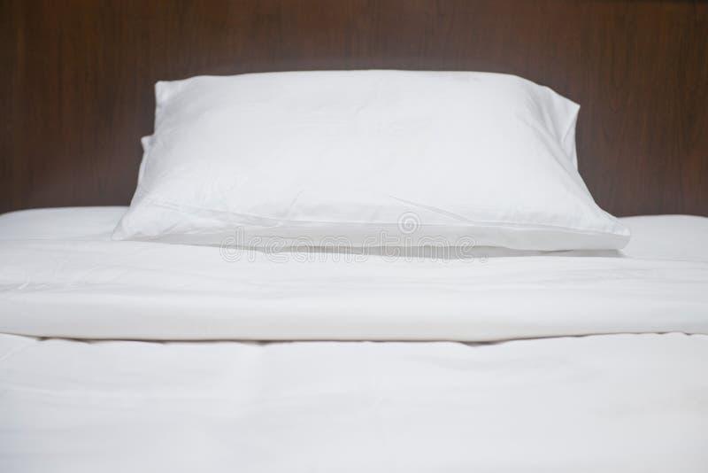 Oreillers mous confortables sur le lit photographie stock