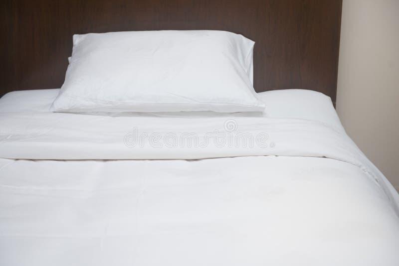 Oreillers mous confortables sur le lit photo libre de droits