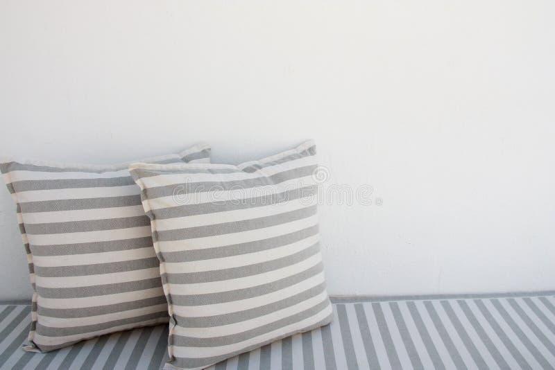 Oreillers rayés blancs et gris extérieurs image libre de droits