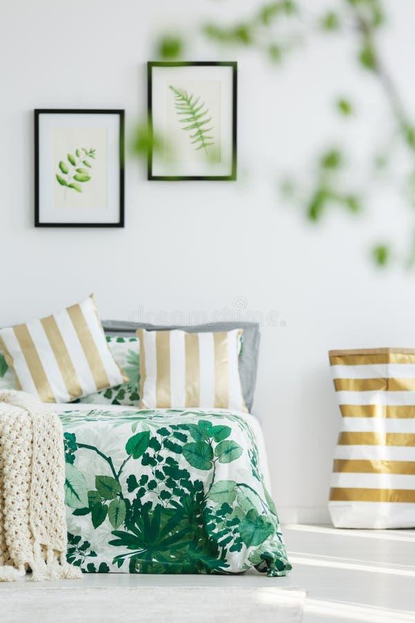 Oreillers rayés d'or sur le lit image libre de droits