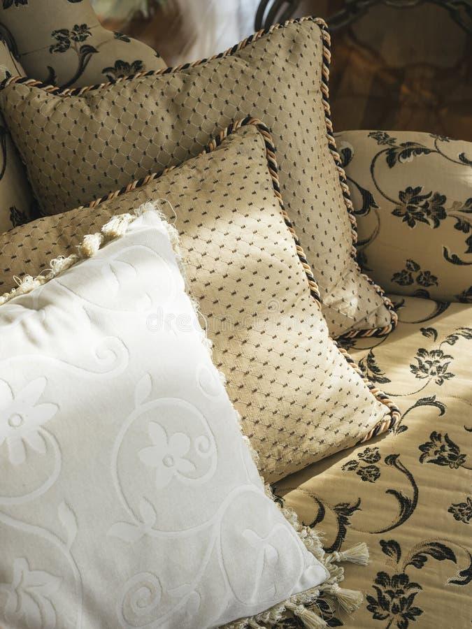 Oreillers sur la décoration de maison de sofa images libres de droits