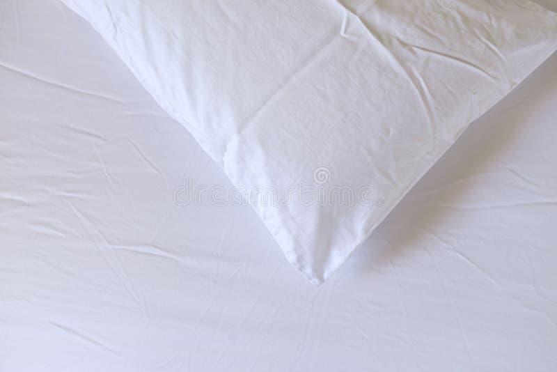 Oreillers sur le lit photo libre de droits