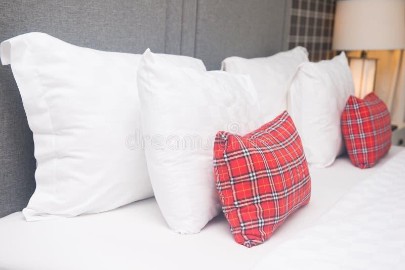 Oreillers sur le lit dans la chambre à coucher image stock