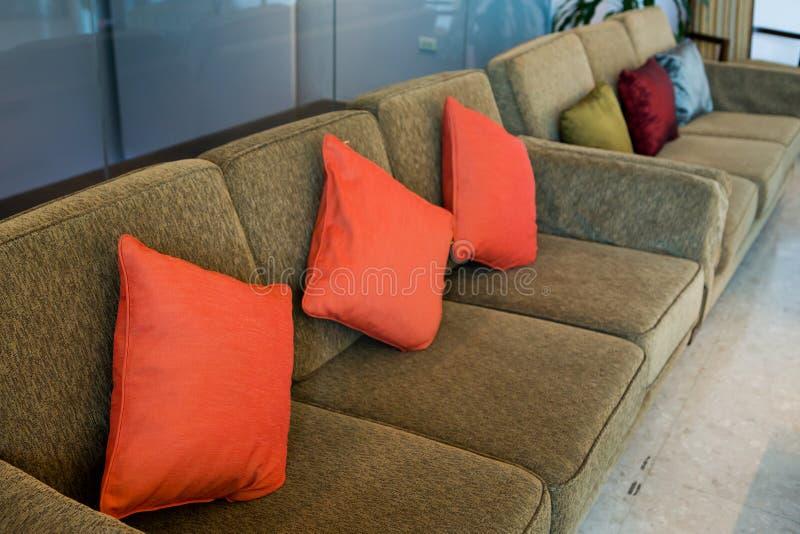 Oreillers sur le sofa brun dans l'hôtel image libre de droits