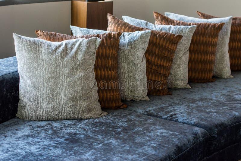 Oreillers sur le sofa dans l'hôtel de salon images stock