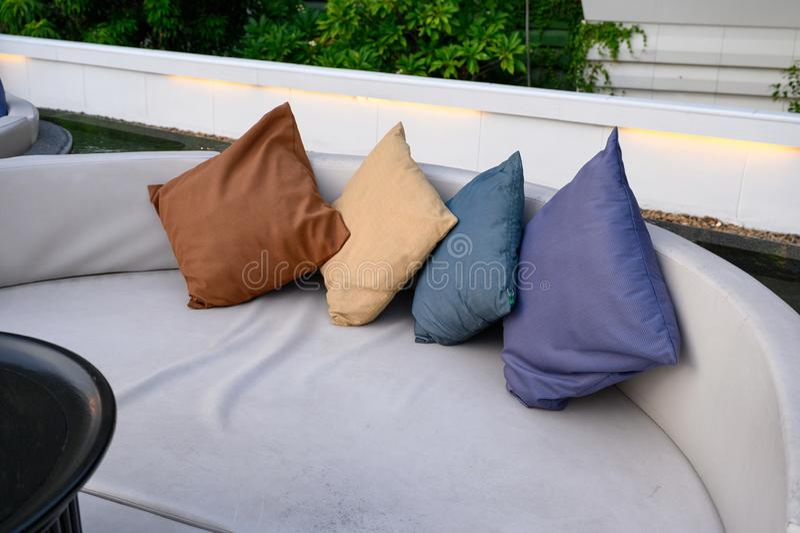 Oreillers sur le sofa de matelas dans le balcon et la piscine photo stock