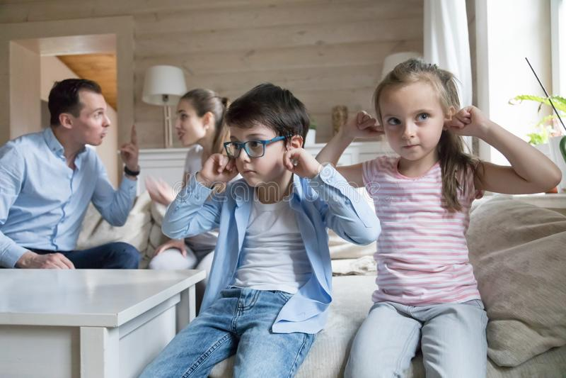 Oreilles étroites de garçon et de fille pour ne pas entendre des parents se disputer photos libres de droits