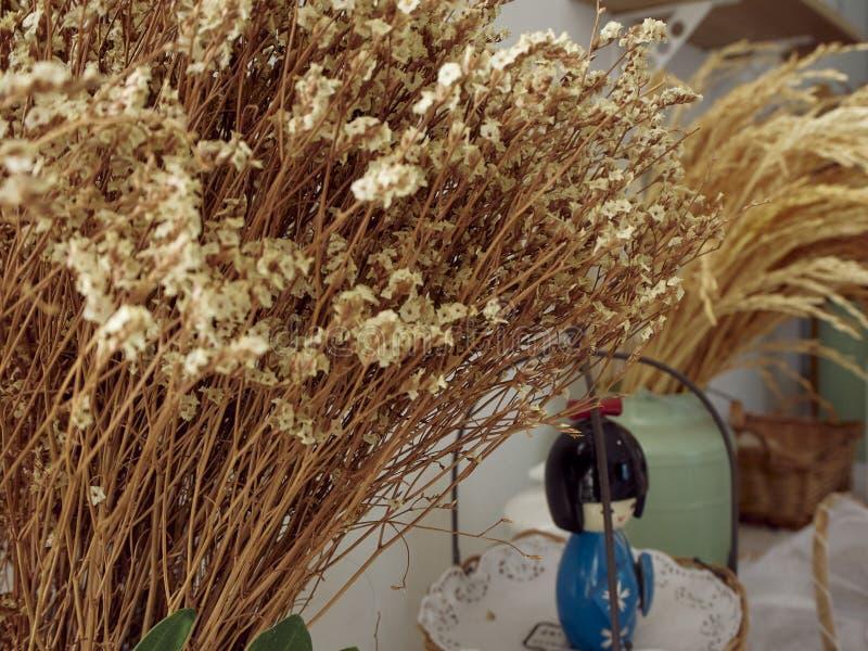 Oreilles de blé dans un vase à cru réglé sur la table photographie stock libre de droits