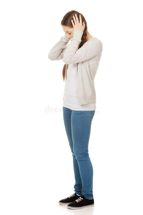 Oreilles de l'adolescence de bâche de femme avec des mains image libre de droits