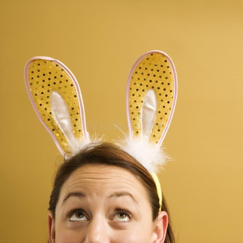 Oreilles de lapin s'usantes de femme. photographie stock