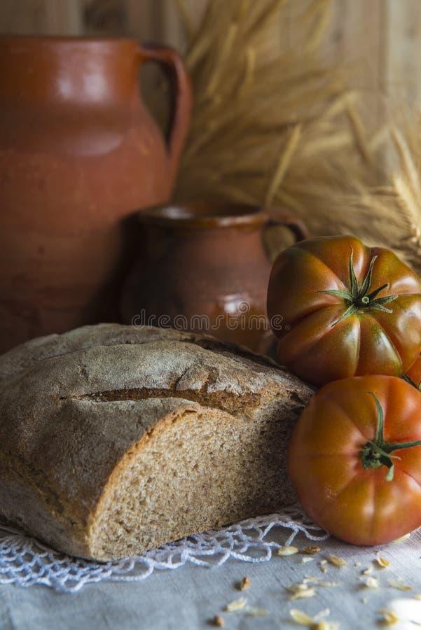 Oreilles de pain fait maison et de blé photographie stock