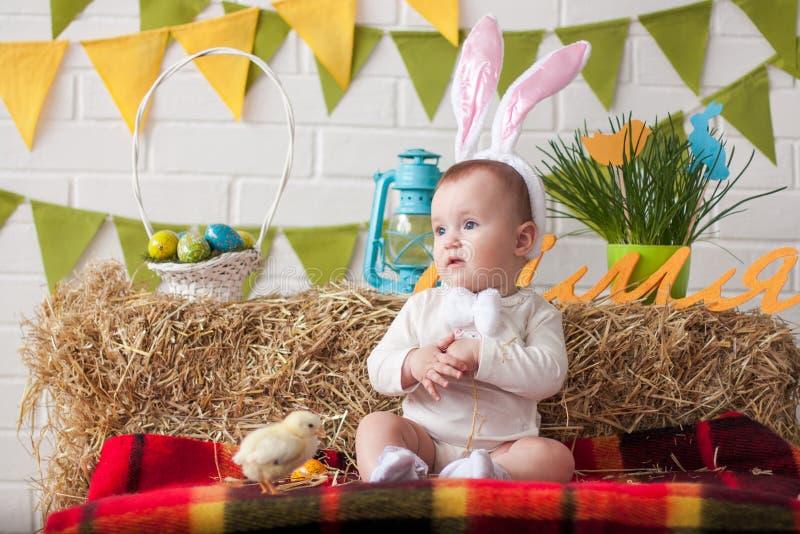 Oreilles de port de lapin de petit bébé mignon le jour de Pâques photographie stock libre de droits