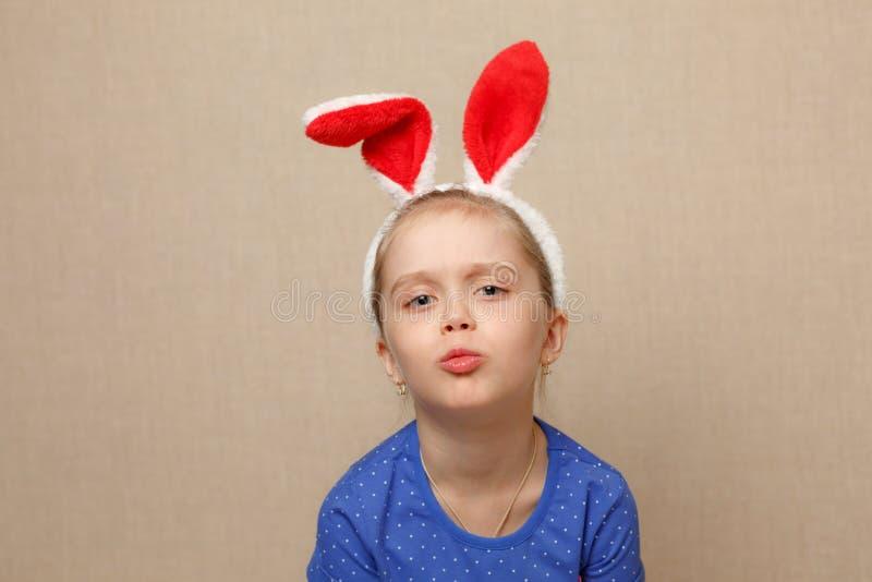 Oreilles de port de lapin de fille mignonne de petit enfant le jour de Pâques images libres de droits