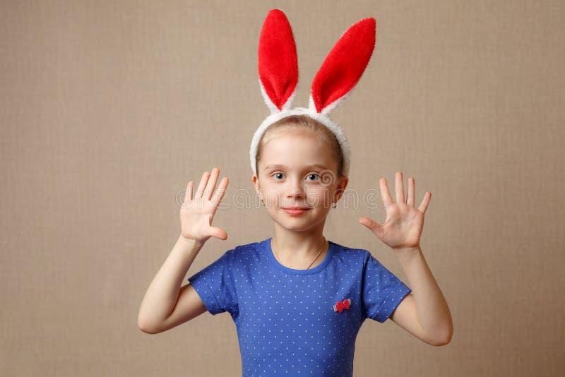 Oreilles de port de lapin de fille de petit enfant le jour de Pâques photos stock