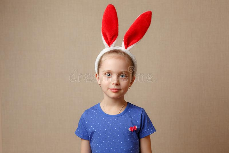 Oreilles de port de lapin de fille de petit enfant le jour de Pâques image libre de droits