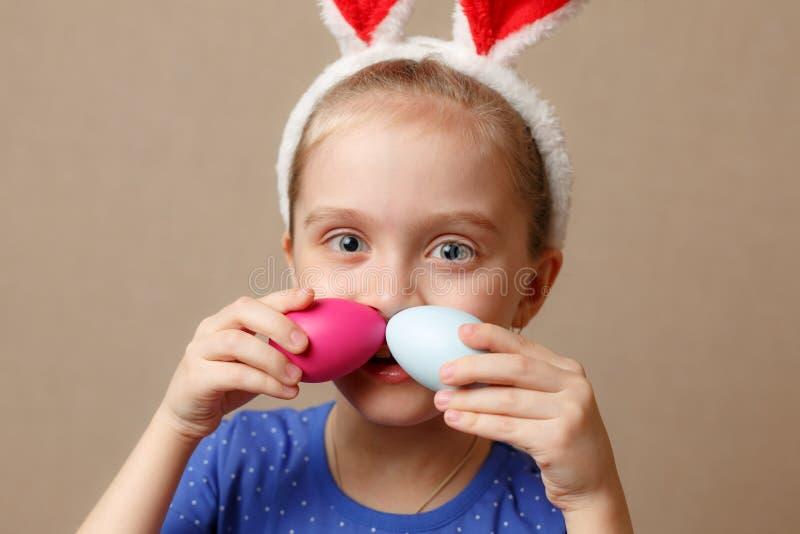 Oreilles de port mignonnes de lapin de petit enfant le jour de Pâques photo libre de droits