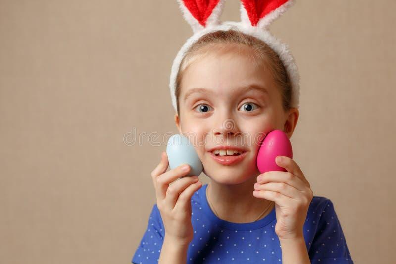 Oreilles de port mignonnes de lapin de petit enfant le jour de Pâques photo stock