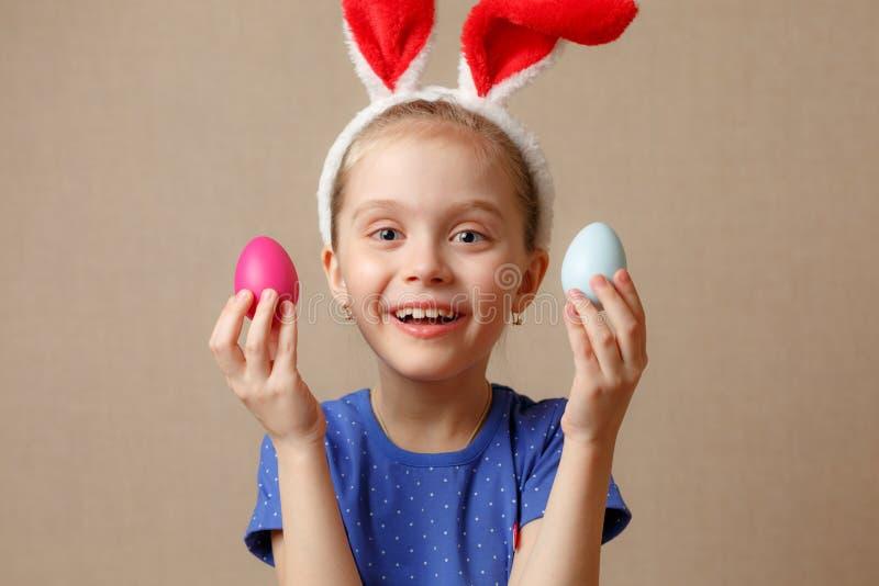 Oreilles de port mignonnes de lapin de petit enfant le jour de Pâques photographie stock libre de droits