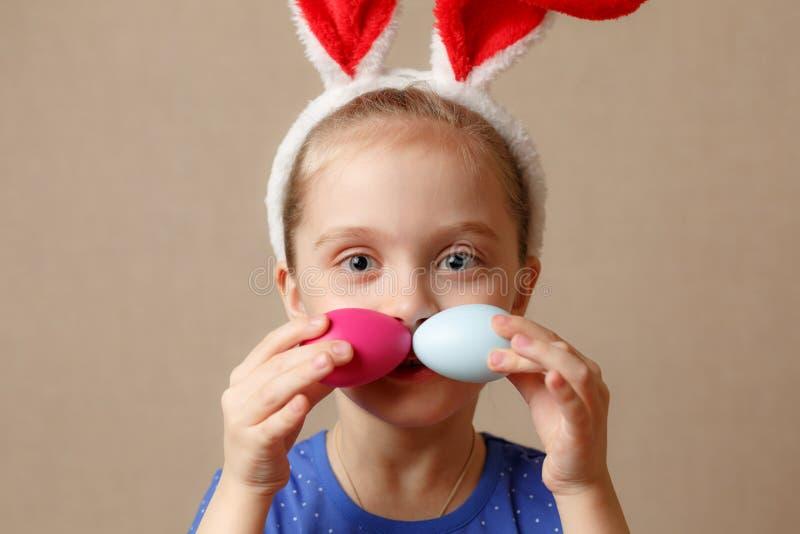 Oreilles de port mignonnes de lapin de petit enfant le jour de Pâques images stock