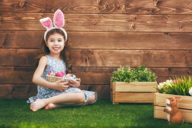 Oreilles s'usantes de lapin de fille photographie stock