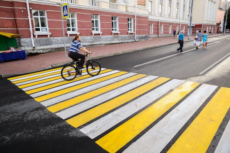 Orel, Rússia, o 5 de agosto de 2017: Dia da cidade Bicy farpado da equitação do homem imagem de stock