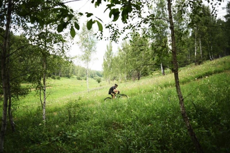 Orel, Rússia, o 15 de junho de 2019: competição do ciclo XCO do corta-mato do copo do redBike Ciclagem do desportista subida na p fotografia de stock