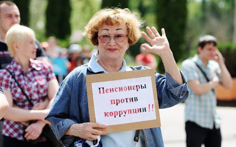Orel, Rússia, o 12 de junho de 2017: Protestos de Rússia Wom superior de sorriso foto de stock royalty free