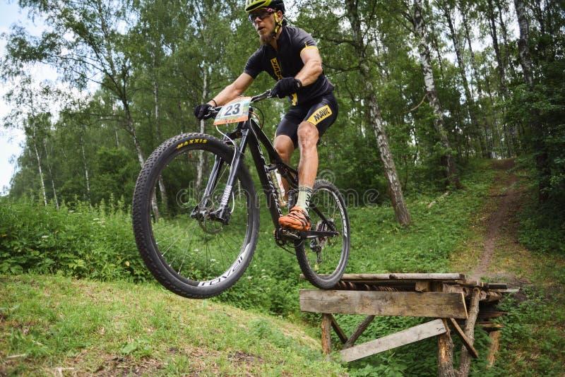 Orel, Rosja, Czerwiec 15, 2019: redBike filiżanki przecinającego kraju cyklu XCO rywalizacja Młody człowiek robi rowerowi skakać  zdjęcia stock