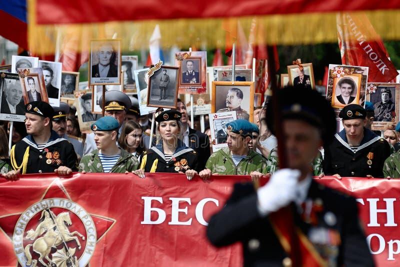 Orel, Rosja, Maj 09, 2019: Zwycięstwo dzień, Nieśmiertelna pułk parada Młodzi ludzie maszeruje w wojskowym uniformu z sztandarami fotografia royalty free