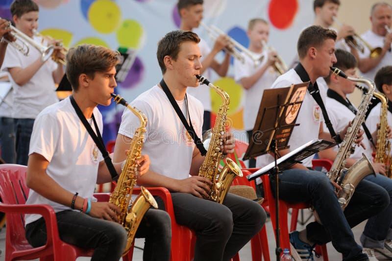 Orel, Rusia - 5 de agosto de 2016: Día de la ciudad de Orel Músicos jovenes p fotografía de archivo