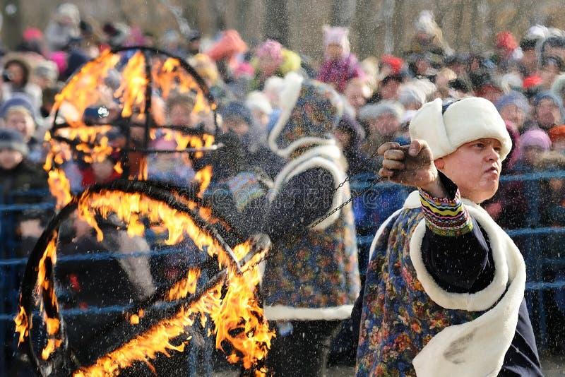 Orel, Rusia - 26 de febrero de 2017: Faquir y CRO (coordinadora) del fest de Maslenitsa imagen de archivo libre de regalías