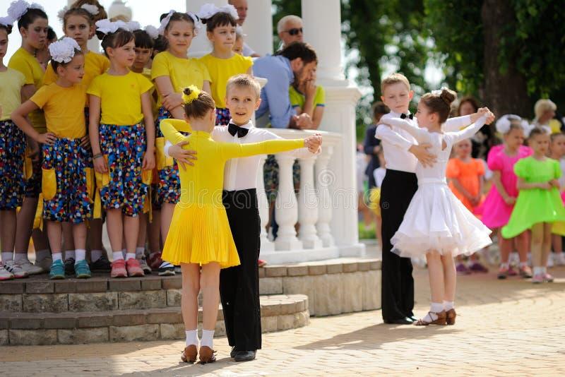 Orel, Rusia - 1 de mayo, 205: El día de los niños, dos pares de childre foto de archivo libre de regalías