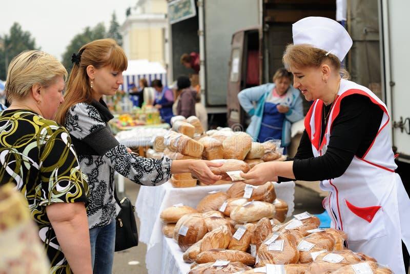 Orel, Rusia, el 5 de septiembre de 2015: Mujeres que venden y que compran los pasteles fotos de archivo