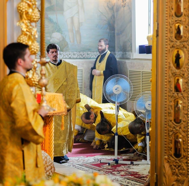 Orel, Rusland, 28 Juli, 2016: Christianization van Rusland verjaardags Goddelijke Liturgie De priesters buigen in Orthodox kerkal stock foto