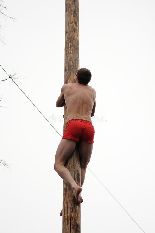 Orel, Rusland, Maslenitsa-Festival - 22 Februari, 2015: De mens beklimt royalty-vrije stock afbeelding