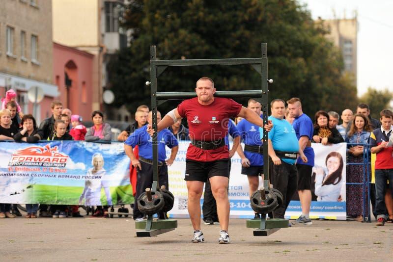 Orel, Rusland, 5 September, 2015: De mens powerlifter draagt zwaar w royalty-vrije stock foto's